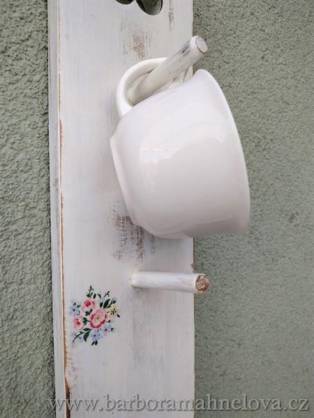 Kuchyňský věšák – police na hrnky